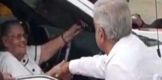 """AMLO saluda a la mamá de """"El Chapo"""" en su visita a Badiraguato"""