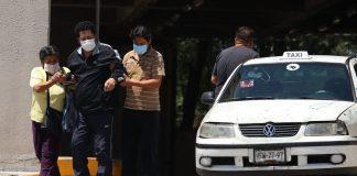 """""""La falta de información en los hospitales nos está matando"""", denuncian familiares de pacientes COVID-19"""