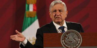 AMLO presenta supuesta estrategia de oposición con papeles que le 'llegaron'