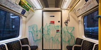 Banksy aparece en el metro de Londres cubierto con un traje para hacer conciencia sobre el cubrebocas