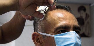 Usar cubrebocas evitó que trabajadoras de peluquería con COVID contagiaran a decenas de clientes: estudio