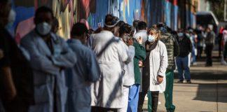 Médicos de Hospital La Raza denuncian que sólo vacunaron a directivos; IMSS lo niega