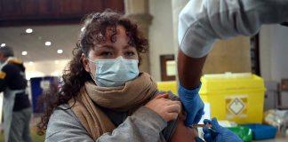Vacunados aún pueden contagiar, alerta OMS